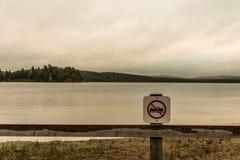 Kanada Ontario strand för tecken för atmosfär för grå morgon för floder för sjö två mörk inga motoriska fartyg som är tillåtna i  Arkivfoto