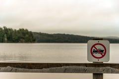 Kanada Ontario strand för tecken för atmosfär för grå morgon för floder för sjö två mörk inga motoriska fartyg som är tillåtna i  Royaltyfri Bild