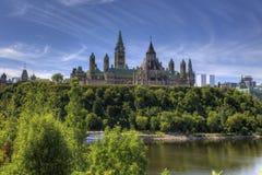 Kanada parlamentbyggnader som är höga ovanför den Ottawa floden Royaltyfri Fotografi