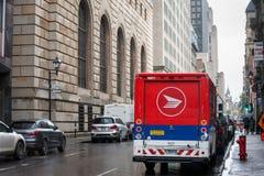 Kanada-Postenlogo auf einem ihrer Lieferwagen in einer Straße von Montreal, Quebec lizenzfreie stockfotografie