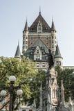 Kanada Quebec City springbrunnmonument av trokvinnan framme av arvet för UNESCO ChateauFrontenac för turist- dragning Fotografering för Bildbyråer