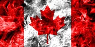 Kanada rökflagga som isoleras på en svart bakgrund Arkivbild