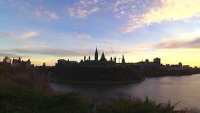 Kanada-` s Hauptstadt von Ottawa an der Dämmerung im Fall stock video