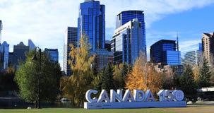 Kanada 150 tecken framme av den Calgary horisonten 4K arkivfilmer