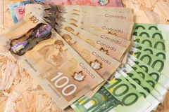Kanada- und Europa-Geld mit hölzernem Hintergrund lizenzfreies stockfoto