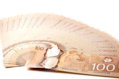 Kanadensare 100 dollarräkningar Arkivfoto