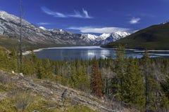 Kanadensare Rocky Mountains för sjöMinnewanka Banff nationalpark royaltyfri fotografi