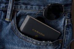 Kanadensare som är klar att resa med passet och skuggor Royaltyfri Foto