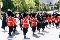 Kanadensarevakter ståtar på i Ottawa, Kanada Arkivfoton