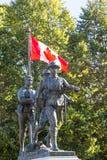 Kanadensisk flagga- och krigminnesmärke Arkivfoto