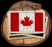 Kanadensisk flagga på avsnitt av trädstammen Royaltyfri Bild