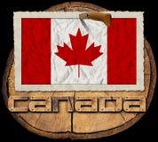 Kanadensisk flagga på avsnitt av trädstammen Arkivbilder