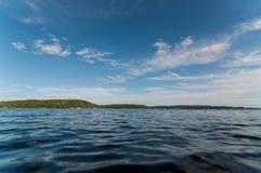 Kanadensisk Lake i sommar royaltyfria bilder
