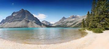 Kanadensisk panorama för steniga berg, pilbåge sjö Arkivbild