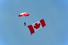kanadensisk parachutist för bärande flagga Royaltyfri Bild