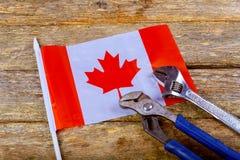 kanadensiska hjälpmedel för konstruktör för tekniker för skiftnyckel för arbets- dag för flagga på arbetare för en grov bomullstv royaltyfria bilder