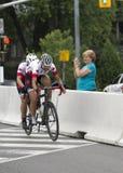 Kanadensiska konkurrenter Weldon och Lemieux i det blandade tandema cykelloppet - ParaPan f.m. lekar - Toronto Augusti 8, 2015 Arkivfoto