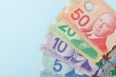 Kanadensiska sedlar på blå bakgrund Arkivfoton