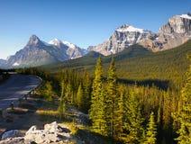 Kanadensiska steniga berg för Banff Icefield gångallé Royaltyfri Bild