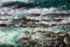 Kanadensiska steniga berg för flodforsar Royaltyfri Foto