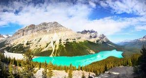 Kanadensiska steniga berg och sjöar Arkivbild