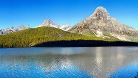Kanadensiska steniga berg och sjöar Arkivfoto