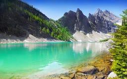 Kanadensiska steniga berg och sjöar Fotografering för Bildbyråer
