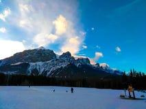 Kanadensiska steniga berg på Canmore, Alberta, Kanada royaltyfri foto