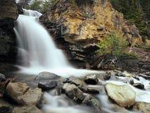 Kanadensiska steniga berg, vattenfall Royaltyfri Fotografi