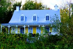 Kanadensiskt historiskt gult hus fotografering för bildbyråer