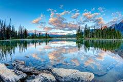 Kanadensiskt landskap: Soluppgång på pyramid sjön i Jasper National P Royaltyfria Bilder