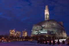 Kanadensiskt mänsklig rättighetmuseum på natten arkivfoton