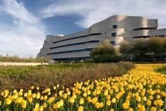 Kanadensiskt museum av historia med gula tulpan i förgrunden arkivbild