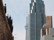 Kanadensiskt nationellt tornCN-torn som omges av modernare byggnader i i stadens centrum Toronto Royaltyfri Foto