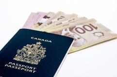 Kanadensiskt pass och pengar Arkivbild