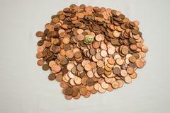 Kanadier ein-Cent-Münzen und ein kleines Schwein stockbild