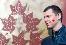 Kanadische Flagge auf dem Gesicht des jungen Mannes Stockfotos