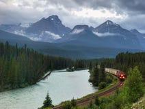 Kanadische pazifische Eisenbahn, beweglicher Zug in den Bergen Stockbilder