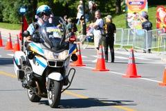Kanadische Polizeibeamte auf einem Bewegungsfahrrad Lizenzfreie Stockfotos