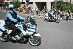 Kanadische Polizeibeamte auf einem Bewegungsfahrrad Lizenzfreie Stockfotografie