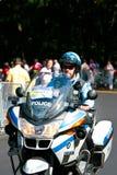 Kanadische Polizeibeamte auf einem Bewegungsfahrrad Stockbild