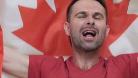 Kanadischer Fan Celebrates die Flagge von Kanada halten stock video