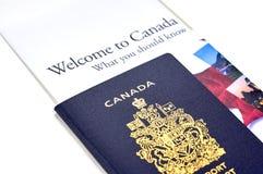 Kanadischer Pass mit einer Broschüre Stockfoto