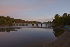 Kanadischer See am Sonnenuntergang Lizenzfreie Stockfotografie