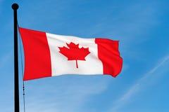 Kanadisches fahnenschwenkendes über blauem Himmel vektor abbildung