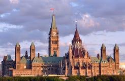 Kanadisches Parlaments-Gebäude an der Dämmerung Stockfotografie