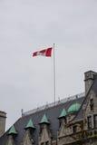 Kanadyjczyk flaga, Fairmont imperatorowej hotel, Wiktoria, Kanada zdjęcia stock