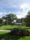 Kanadyjczyk flaga, kwiatów łóżka, Wysoki park, Toronto zdjęcia royalty free