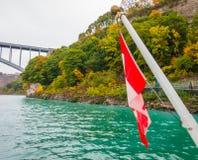 Kanadyjczyk flaga na łodzi przy Niagara Spada zdjęcie royalty free