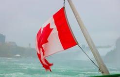Kanadyjczyk flaga na łodzi przy Niagara Spada obrazy stock